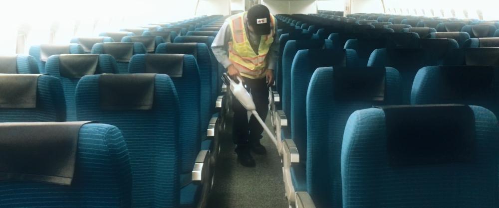 空港内での飛行機の清掃のお仕事です!