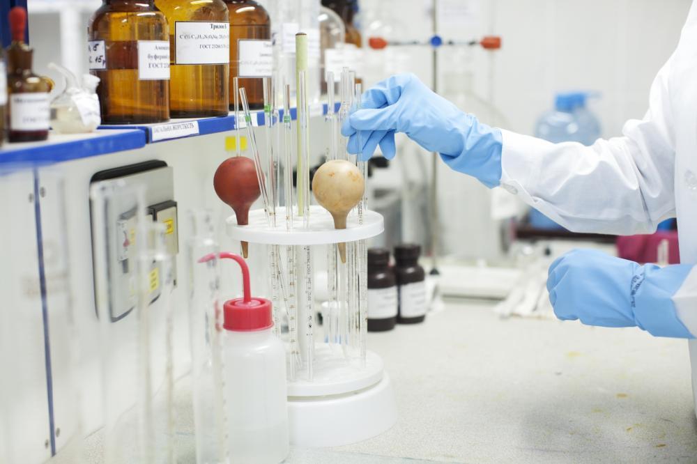 オフィス内での食品・医薬品の開発業務。動物実験有り。